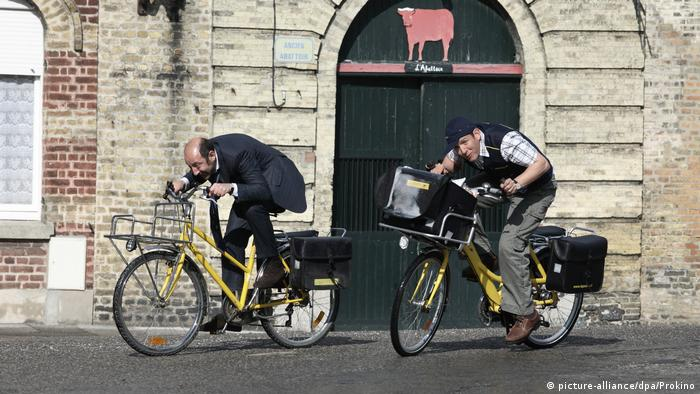 French film scene shows two men on bikes from Bienvenue chez les Ch'tis (picture-alliance/dpa/Prokino)