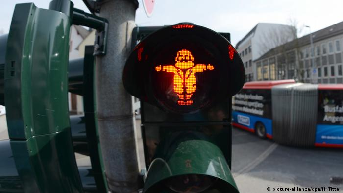 A red Karl Marx traffic light in Trier (picture-alliance/dpa/H. Tittel)