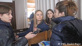 Three Youth Vibes reporter are interviewing a young asylum seeker in their city. (DW/J. Djukic-Pejic)