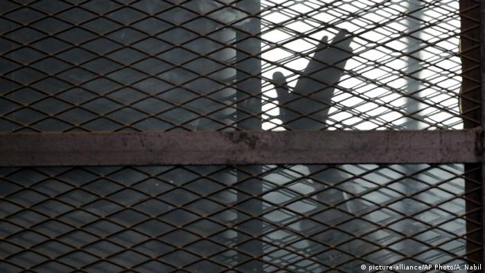 السجون المصرية تكتظ بالمساجين وهناك خطر وقوع كارثة في حال انتشار فيروس كورونا فيها