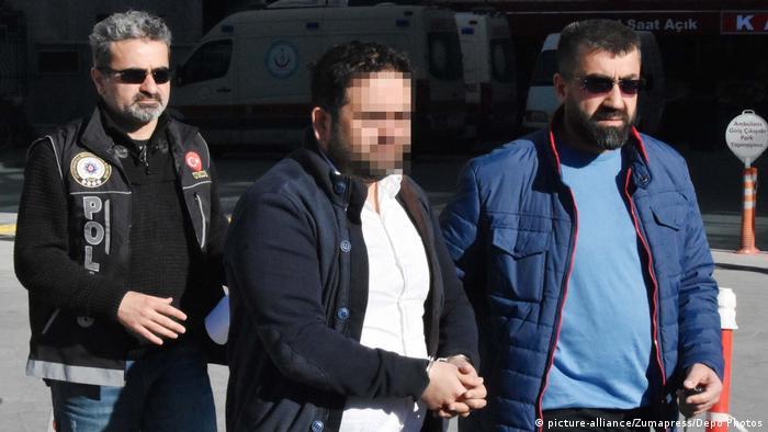 Policajci u lisicama odvode jednog pripadnika Gülenovog pokreta