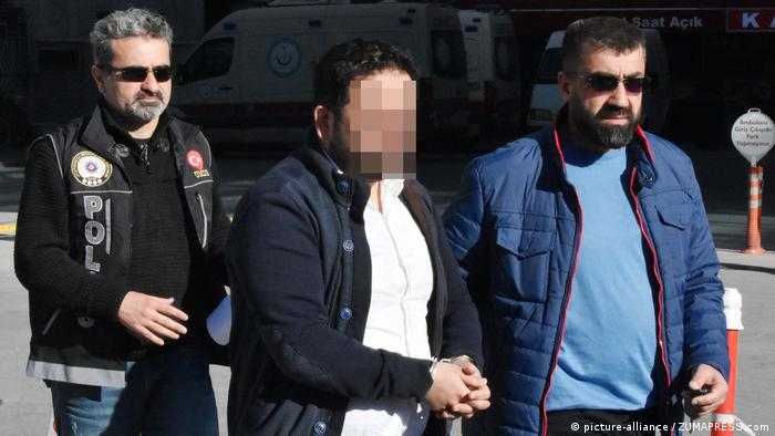 Suspected Gulen supporter being taken to jail in Turkey (picture-alliance / ZUMAPRESS.com)