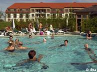 Göhren-Lebbin (Mecklenburg-Vorpommern): In Deutschlands einzigem Robinson-Club im mecklenburgischen Göhren-Lebbin beteiligen sich Urlauber an einem Animations-Programm im Pool der Anlage. Der Club mit 450 Plätzen ist Teil des Ferienparks