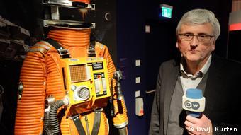 Bild von Hans-Peter Reichmann neben Astronautenkluft in der Ausstellung 2001: Odysee im Weltraum im Frankfurter Filmmuseum.