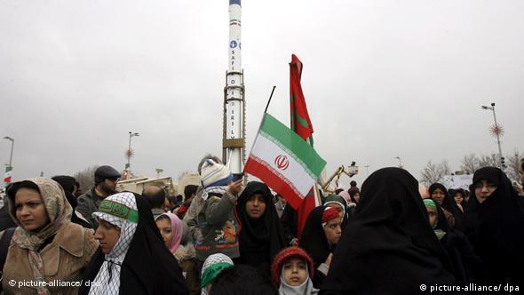 Иранские женщины празднуют запуск ракеты-носителя