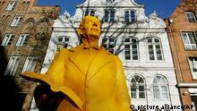 Die lebensgrosse Figur von Thomas Mann steht am Montag, 24. Januar 2005, vor dem Buddenbrookhaus in Luebeck. Die Statue des Literaturnobelpreistraegers von 1926 wurde aus Draht und Modelierschaum von Rainer Zoellner, Theaterplastiker des Deutschen Nationaltheaters Weimar, geschaffen. Sie ist ein Geschenk des Hotels  