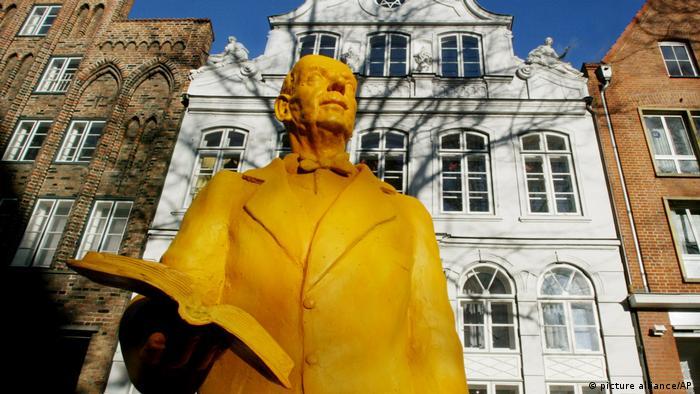 Thomas Mann-Figur vor dem Buddenbrookhaus
