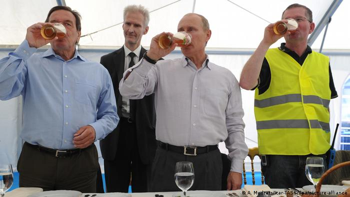 Gerhard Schröder and Vladimir Putin drink beer