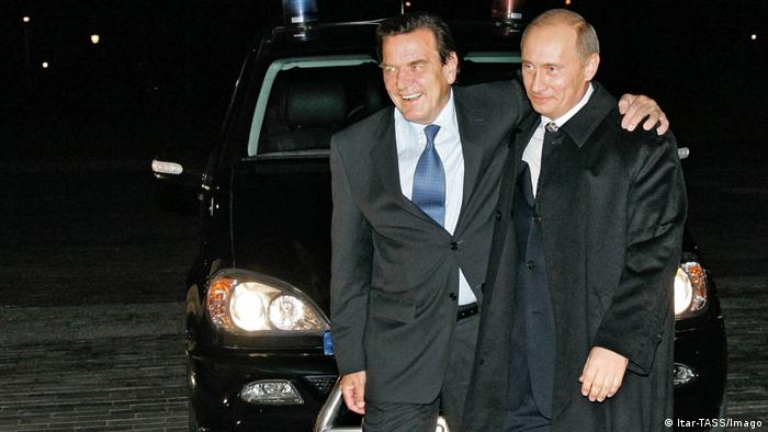 Gerhard Schröder and Vladimir Putin walking together (Imago/Itar-Tass)