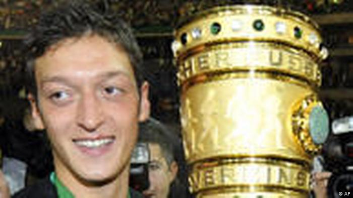 Fußballer Mesut Özil mit DFB Pokal (AP)