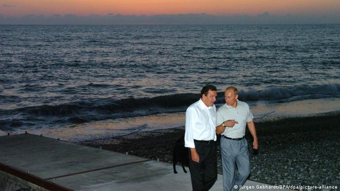 Russland Sotschi 2004 Bundeskanzler Gerhard Schröder und Präsident Wladimir Putin (picture-alliance/dpa/BPA Jürgen Gebhardt)