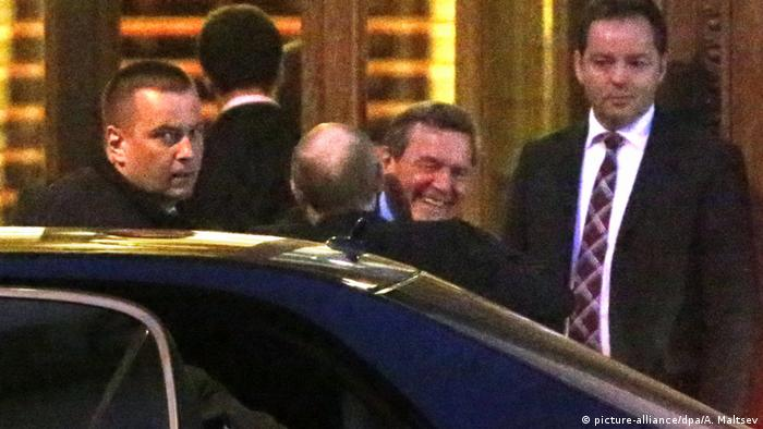 Schröder hugging Putin as he gets out of his car (picture-alliance/dpa/A. Maltsev)