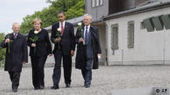 Bundeskanzlerin Merkel und US-Präsident Obama, flankiert von Elie Wiesel (re) und Bertrand Herz (li) (Foto: AP)