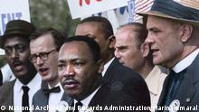 Civil Rights March on Washington, D.C. (Martin Luther King Jr. and Mathew Ahnmann in a crowd). Das Foto wurde von der Künstlerin Marina Amaral koloriert.