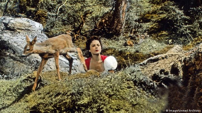 Heimatfilm still with fawn and woman from Försterliesel 1956 (Imago/United Archives)