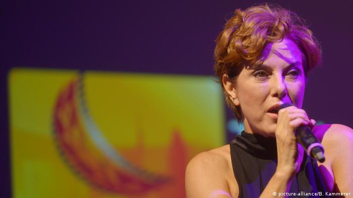 Die türkische Sängerin und Schauspielerin Zuhal Olcay bei einem Auftritt