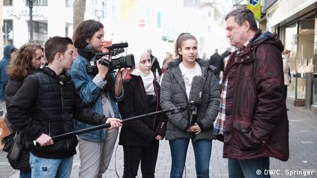Bonn - SchülerInnen der #speakup!-Medienwerkstatt bei Straßenumfragen in der Bonner Innenstadt
