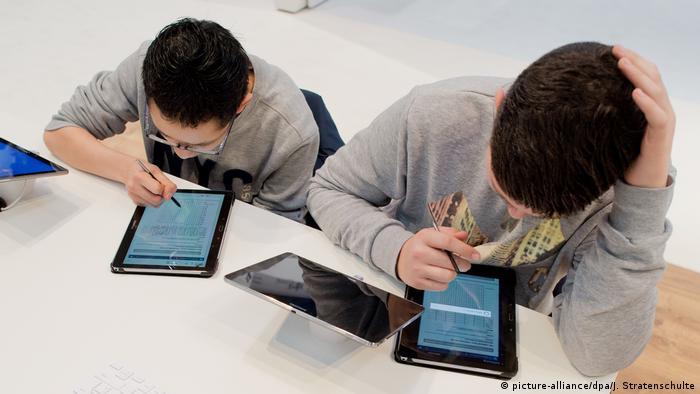 Dua siswa melakukan belajar online