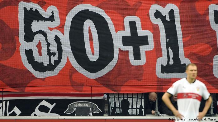 Stuttgart: Fußball: Bundesliga, VfB Stuttgart - RB Leipzig Stuttgarter Fans zeigen ein Transparent 50+1