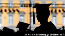 ARCHIV- ILLUSTRATION - 10.07.2010, Nordrhein-Westfalen, Bonn: Absolventen der Rheinischen Friedrich-Wilhelms-Universität feiern auf dem Campus in Talare gekleidet ihren Abschluss. (zu dpa vom 01.02.2018) Foto: Julian Stratenschulte/dpa +++(c) dpa - Bildfunk+++ | Verwendung weltweit