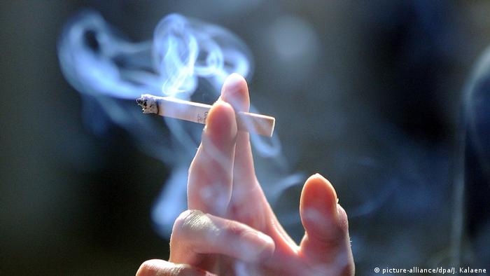 Stock photo for smoking (picture-alliance/dpa/J. Kalaene)