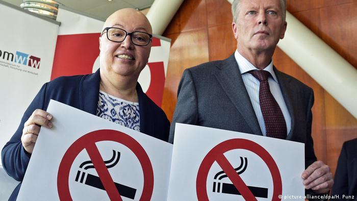 آسٹریا کی وزیر صحت زابینے اوبرہاؤزر اور وزیر اقتصادیات رائن ہولڈ مِٹرلیہنر نو اسموکنگ پوسٹرز کے ساتھ