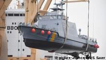 Ein Küstenschutzboot für Saudi-Arabien wird 28.12.2017 im Hafen von Mukran bei Sassnitz (Mecklenburg-Vorpommern) auf ein Transportschiff verladen. Die Bremer Lürssen-Gruppe, zu der die Wolgaster Werft gehört, hatte den milliardenschweren Auftrag für den Bau einer Flotte neuer saudischer Patrouillenboote erhalten und 2015 mit dem Bau begonnen. Foto: Stefan Sauer/dpa-Zentralbild/dpa +++(c) dpa - Bildfunk+++ | Verwendung weltweit