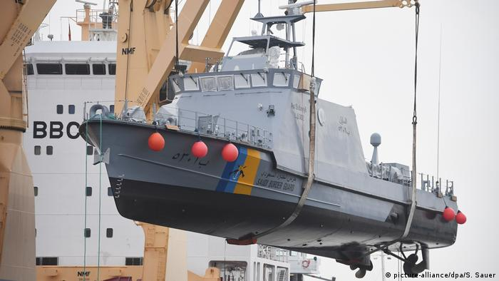 A Saudi coast guard ship is loaded onto a transport vessel in a German harbor (picture-alliance/dpa/S. Sauer)