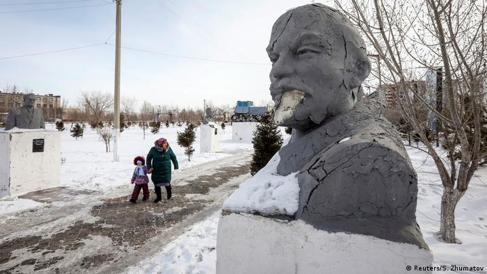 Kasachstan Aqsu, boomende Stadt der Metallarbeiter | Lenin-Statue (Reuters/S. Zhumatov)
