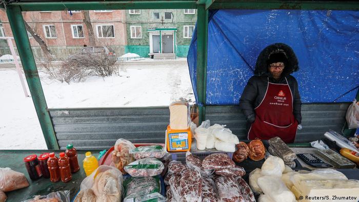 Kasachstan Aqsu, boomende Stadt der Metallarbeiter | Straße, Verkauf von Lebensmitteln (Reuters/S. Zhumatov)