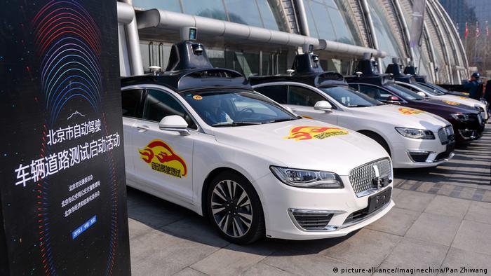 China Peking gibt Baidu grünes Licht für Tests mit selbstfahrenden Autos (picture-alliance/Imaginechina/Pan Zhiwang)