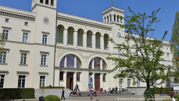 Außenansicht des sandsteinfarbenen Museumsgebäude mit zwei Türmen neben den Eingangstüren (Foto: picture-alliance/Bildagentur-online/Schoening).