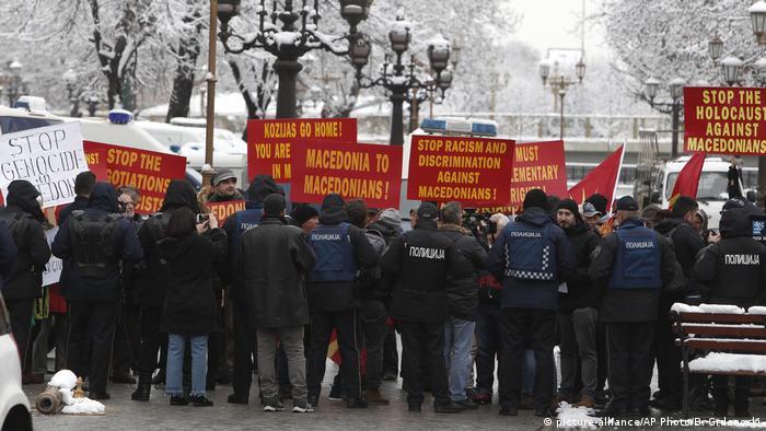 Mazedonien Griechenland Nikos Kotzias bei Nikola Dimitrov in Skopje Protest (picture-alliance/AP Photo/B. Grdanoski)