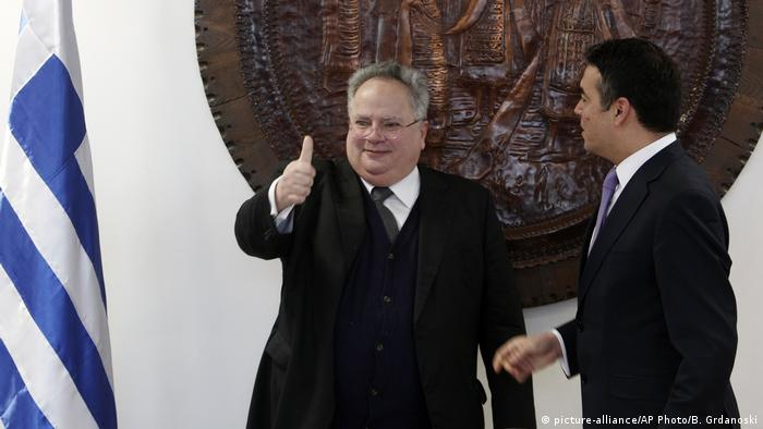 Mazedonien Griechenland Nikos Kotzias bei Nikola Dimitrov in Skopje (picture-alliance/AP Photo/B. Grdanoski)