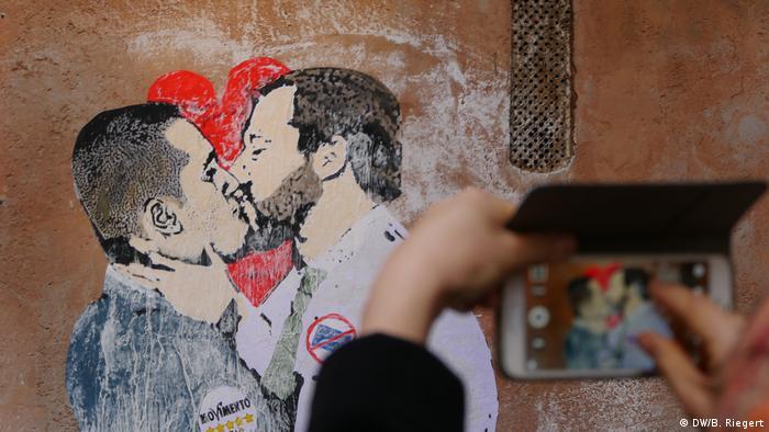 Wandbild der küssenden Parteiführer Luigi Di Maio (li.) Movimento 5 Stelle und Matteo Salvini (re.) Lega an einem Gebäude (Foto: DW/B. Riegert)