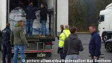 Deutschland Bad Bentheim Flüchtlinge aus LKW befreit (picture-alliance/dpa/Bundespolizei Bad Bentheim)