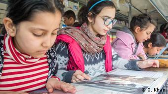 Дети в Кабуле учатся читать