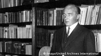 Der Autor Robert Musil steht vor einem Bücherregal (Imago/United Archives International
