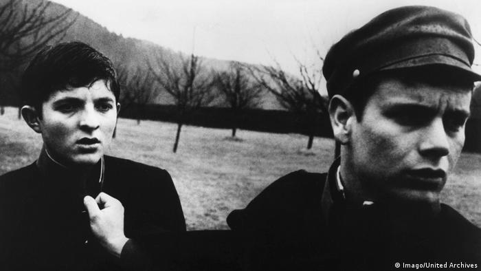 In einer Szene aus dem Schwarz-Weiss-Film zieht ein Junge einen anderen am Kragen (Imago/United Archives)