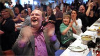 Rick Falkvinge beim Jubel während der Verkündung der Hochrechnungen für die Europawahl