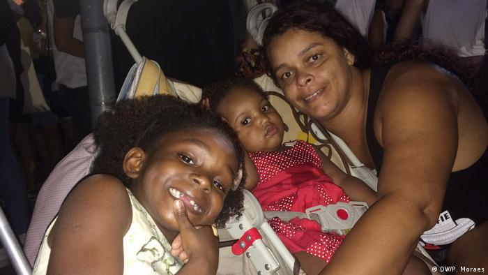 Bruna Cristina Rodrigues de Melo with two children from her family at a protest against the murder of Mareille Franco, in Rio de Janeiro