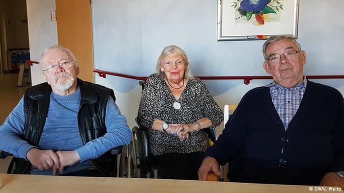 Жильцы дома для престарелых. В центре - Моника Шнайдер