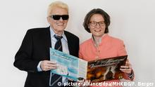 Heino and Ina Scharrenbach holding a record (picture-alliance/dpa/MHKBG/F. Berger)