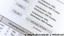 ARCHIV- Ein Zeugnis der allgemeinen Hochschulreife (Abiturzeugnis) mit der Durchschnittsnote 1,4, aufgenommen am 27.06.2015 in Kaufbeuren (Bayern). (zu Vor dem Medizinstudium stehen hohe Hürden - verfassungskonform? vom 19.12.2017) Foto: Karl-Josef Hildenbrand/dpa +++(c) dpa - Bildfunk+++   Verwendung weltweit