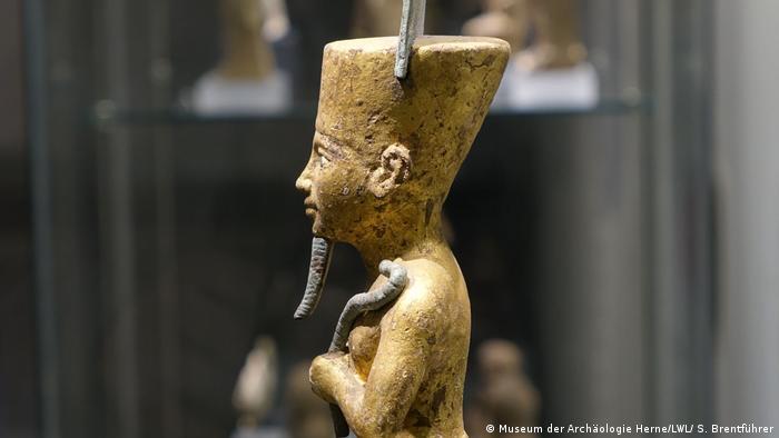 A golden statue of an Egyptian god (Museum der Archäologie Herne/LWL/ S. Brentführer)