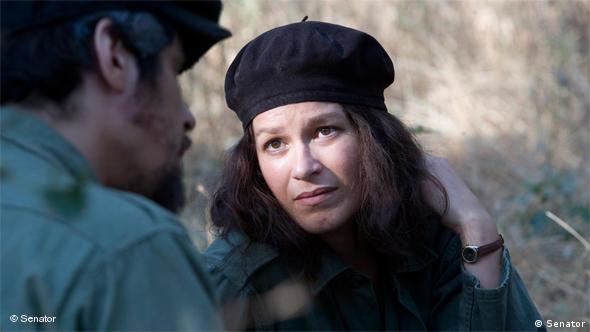 Potente blickt Che an, der nur in der Rückansicht (Senator Film)