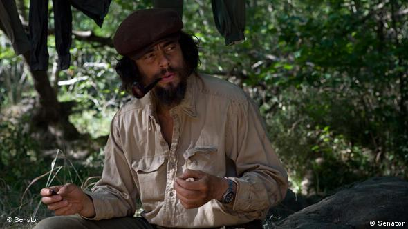 Che im Wald, Pfeife rauchend und sprechend (Senator Film)