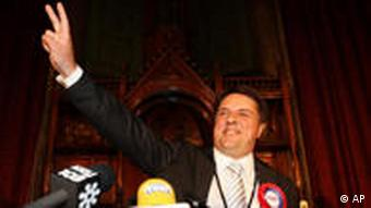 Lider British National Party, Nick Griffin slavi svoj ulazak u Europski parlament.