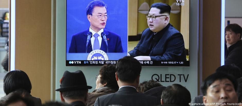 Moon Jae-in and Kim Jong Un seen on a television screen at the Seoul Railway Station (picture-alliance/AP Photo/A. Young-Joon)
