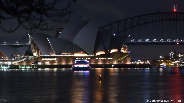 مراسم ساعت زمین هر سال در شامگاه آخرین شنبه ماه مارس برگزار میشود. این بار در ۲۴ مارس سال ۲۰۱۸ سیدنی استرالیا آغازگر این حرکت شد. در تالار اپرا و پل بندر این شهر اکثر چراغها خاموش شدند و تنها چندتایی روشن ماندند.